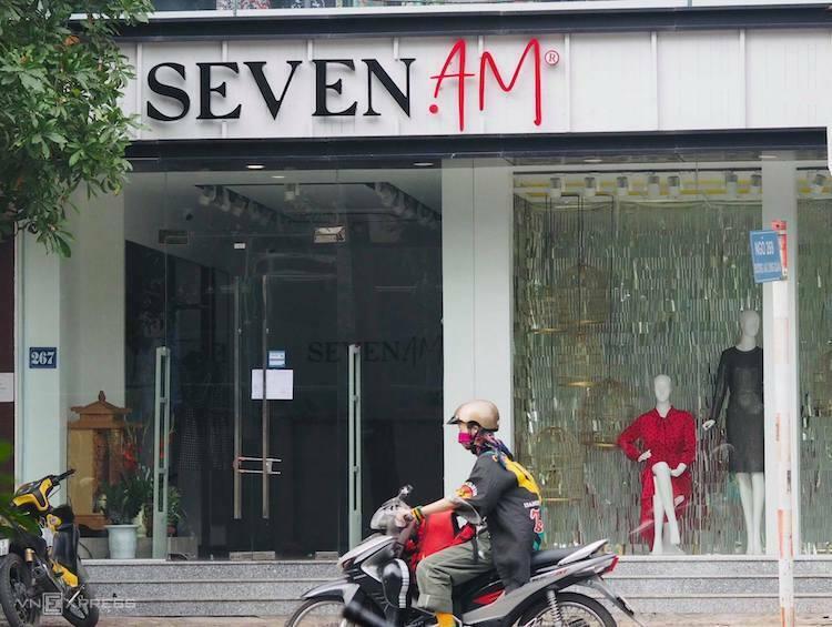 Cừa hàng Seven AM tại Lạc Long Quân cũng khoá trái cửa, không bán hàng lúc 10h sáng nay (12/11). Ảnh: Tú Anh
