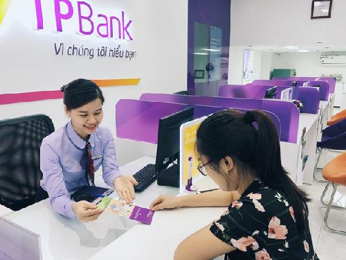Một khách hàng giao dịch tại TPBank.