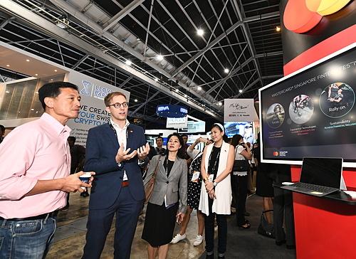Ông Ong Ye Kung, Bộ trưởng Bộ Giáo dục kiêm Thành viên điều hành MAS (áo hồng) tại SFF. Ảnh: Abraham Christopher