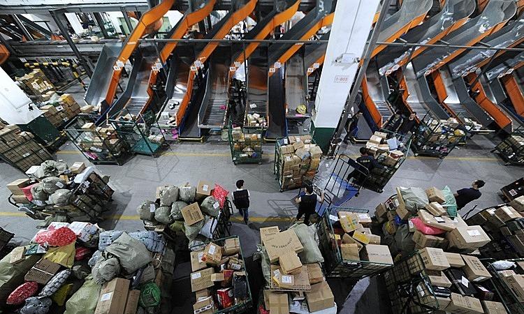 Bên trong một trung tâm phân loại hàng hóa tại Trung Quốc. Ảnh: Reuters