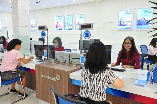 Các khách hàng giao dịch tại quầy ngân hàng VietinBank.