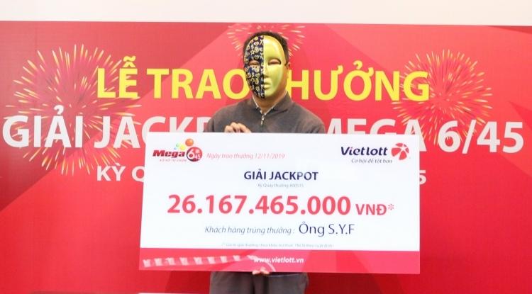 Ông Shi đến nhận thưởng tại chi nhánh TP HCM. Ảnh: Vietlott.