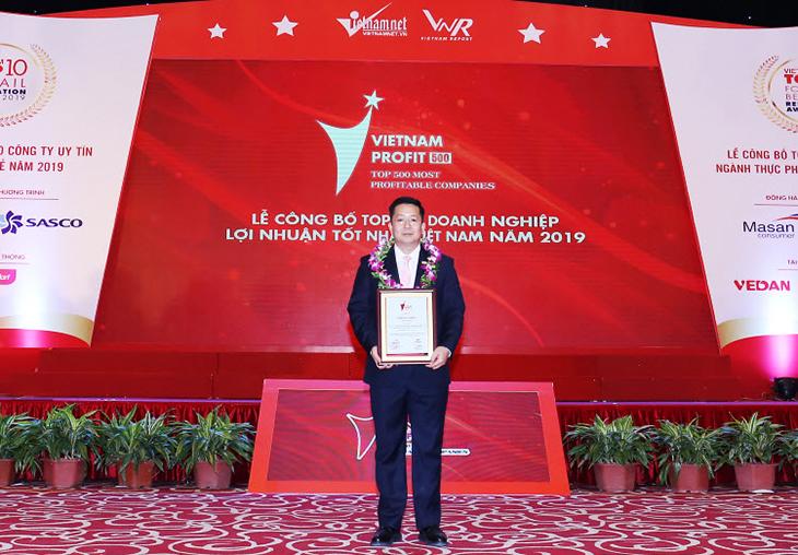 Ông Trần Ngô Minh - Phó Chủ tịch Miền, Ban Ðiều hành Kinh doanh cấp cao Chubb Life Việt Nam nhận giải thưởng từ ban tổ chức. Ảnh: Chubb Life Việt Nam.