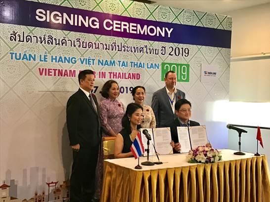 Lễ ký kết MOU giữa đại diện Big C Thái Lan (bên trái)và Tập đoàn Thiên Long.