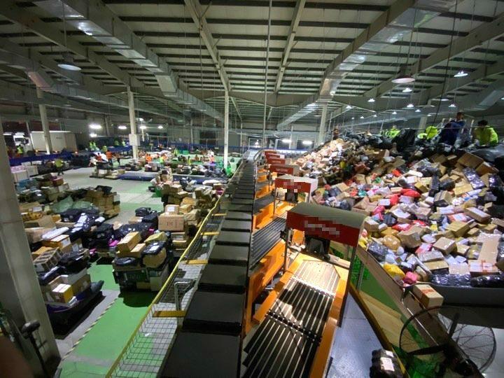 Hàng hóa mua sắm ngày 11/11 đổ về kho của một đơn vị logistics tại Long Biên, Hà Nội lúc 21h ngày 12/11. Ảnh: Dỹ Tùng