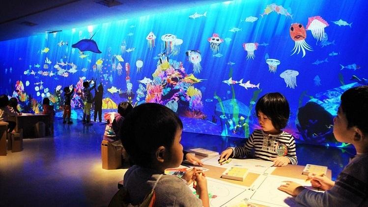 Trong khu vui chơi, chủ đầu tư tổ chức các lớp học vẽ, tô tượng... để các em nhỏ vừa có thể quan sát thế giới đại dương, chơi đùa với các loài cá và tập vẽ, tô tượng theo trí tưởng tượng và khả năng quan sát của mình.
