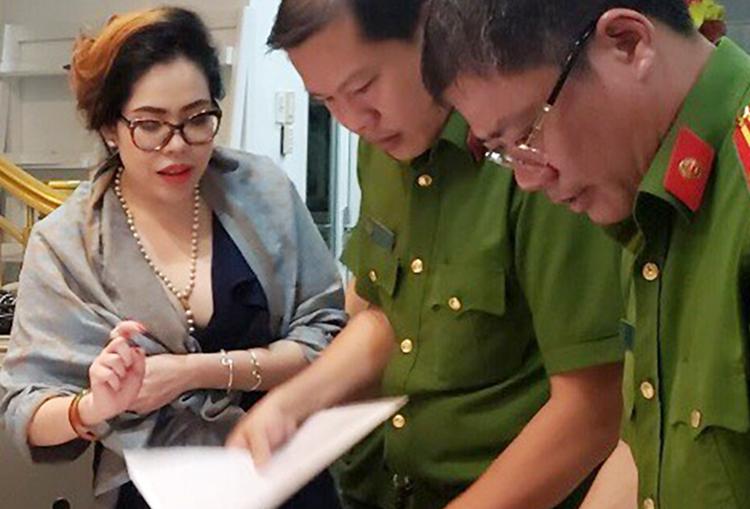 Bà Nhung (trái) lúc bị bắt giam. Ảnh: Công an cung cấp.
