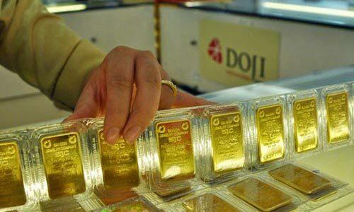 Giao dịch vàng miếng tại công ty DOJI. Ảnh: PV.