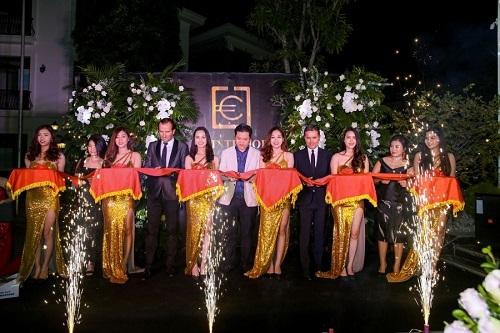 Ông Vũ Xuân Phong (áo vest trắng) -Chủ tịch Hội đồng thành viên Công ty E.F Interiorcùng các khách mời cắt băng khánhthành.
