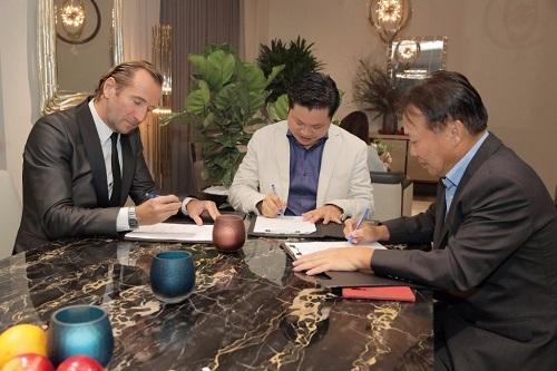 Ký kết hợp tác giữa ông Vũ Xuân Phong (giữa) và ông Andrea Carponi (trái) - Chủ tịch tập đoàn CIAC.