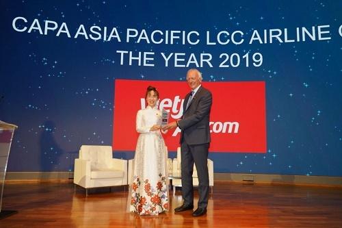 Tổng giám đốc Vietjet nhận giải thưởng tạiHội nghị hàng không châu Á tại Singapore ngày 14-15/11/2019.
