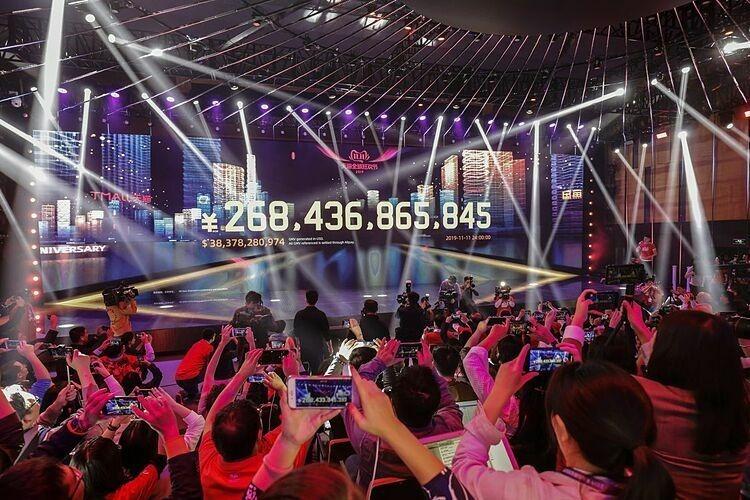 Màn hình hiển thị số hàng hóa giao dịch trên các nền tảng của Alibaba ngày 11/11. Ảnh: Bloomberg