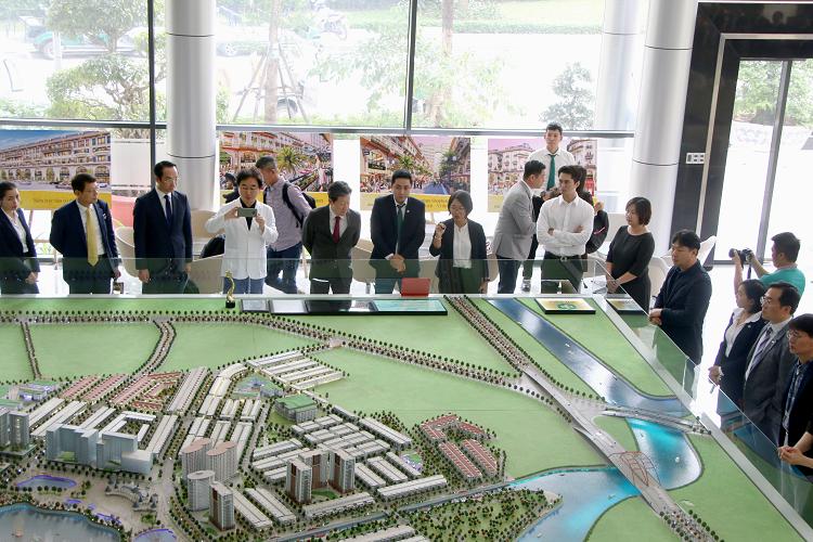 Các doanh nghiệp Hàn Quốc tham quan sa bàn dự án Khu đô thị Vạn Phúc. Ảnh: TN.