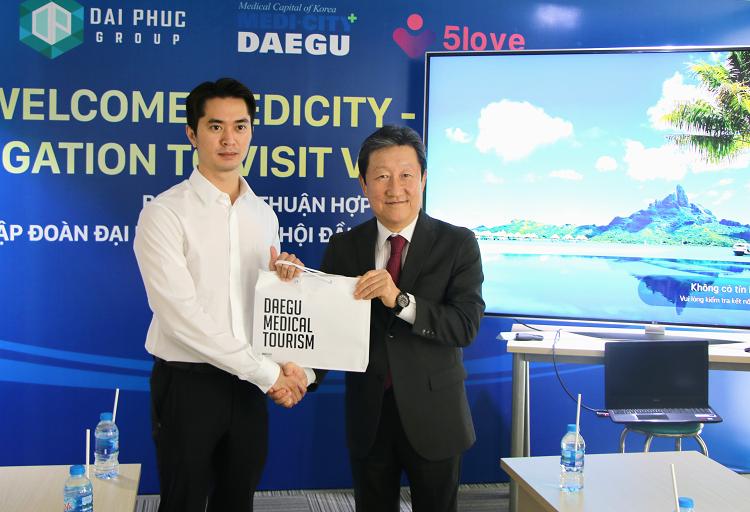 Đại diện Daegu trao quà cho ông Phạm Danh, Phó Tổng giám đốc Tập đoàn Bất động sản Đại Phúc