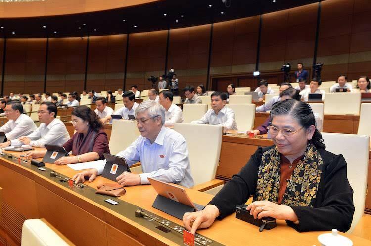 Các đại biểu Quốc hội bấm nút thông qua Nghị quyết của Quốc hội. Ảnh: Ngọc Thắng