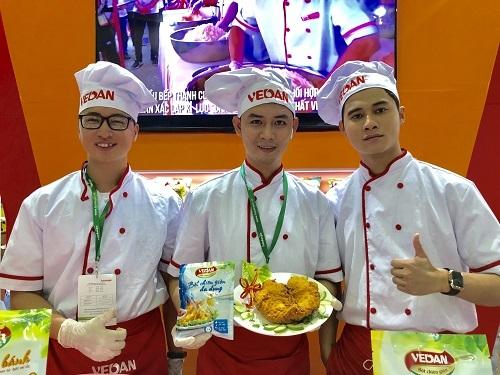 Ảnh 2: Các nhân viên của Vedan trổ tài làm món gà rán chuẩn vị Đài Loan với gia vị bột chiên đa dụng và bột chiên tẩm khô.