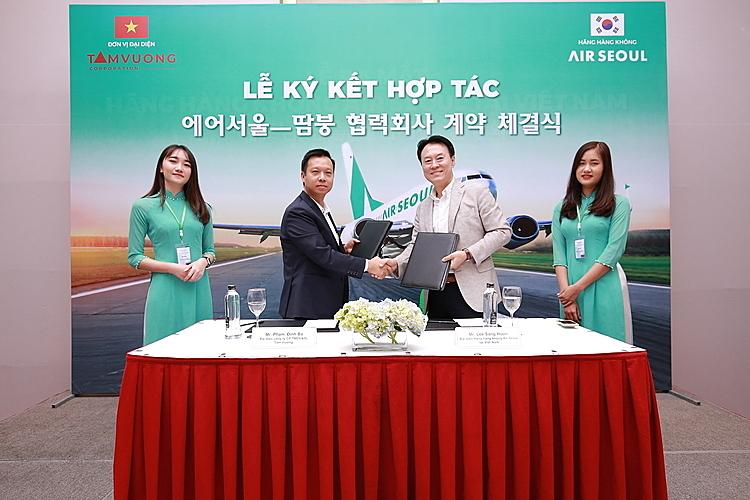 Lễ ký kết hợp tác giữa đại diện công ty Tam Vương và đại diện hãng hàng không Air Seoul.