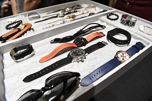 Các mẫu đồng hồ, vòng tay, phụ kiện có tính năng chạm để thanh toán từhợp tác của Tappy với Mastercarsd gây chú ýtại SFF 2019. Ảnh: Abraham Christopher