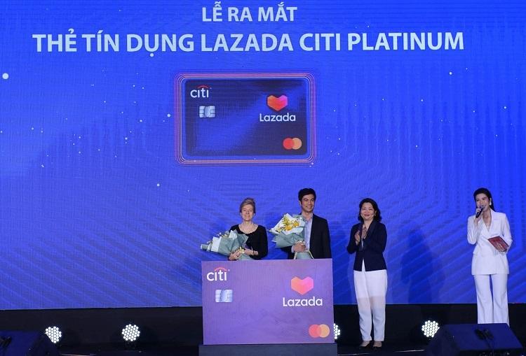 Bà Natasha Ansell - Tổng giám đốc kiêm Giám đốc mảng Ngân hàng Bán lẻ Citi Việt Nam, ông James Dong - Tổng giám đốc Lazada Việt Nam và bà Winnie Wong - Giám đốc Mastercard phụ trách Việt Nam, Campuchia và Lào tại sự kiện ra mắt thẻ tín dụng Lazada Citi Premium hôm 15/11.