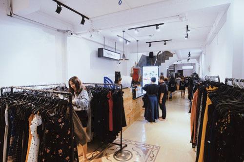 Khách hàng chọn mua quần áo thời trang tại Yoona shop
