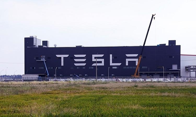 Bên ngoài nhà máy của Tesla tại Thượng Hải. Ảnh: Reuters