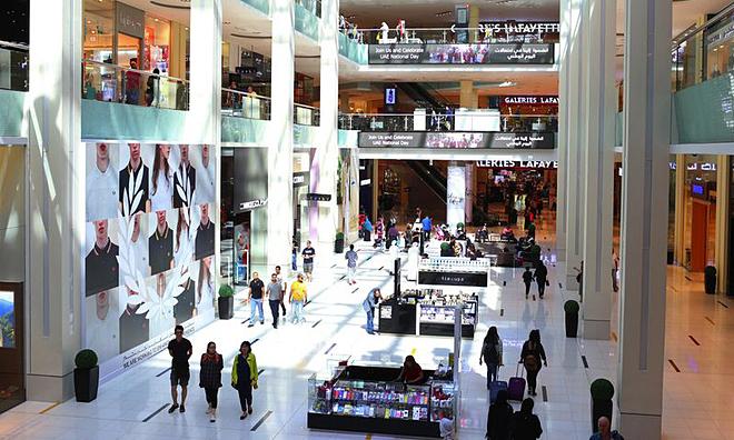 Khách hàng mua sắm trong trung tâm thương mại Dubai Mall. Ảnh: Bloomberg
