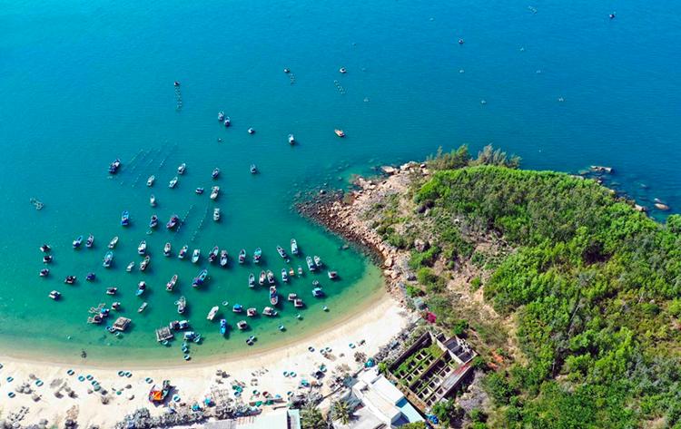 Vẻ đẹp hoang sơ của Phú Yên thu hút đông đảo khách du lịch cũng như các nhà đầu tư.