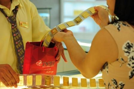 Giao dịch vàng miếng SJC tại Tập đoàn DOJI. Ảnh: PV.