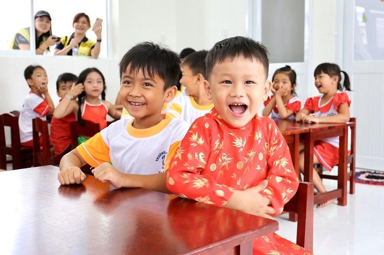 Các em học sinh hào hứng trong ngày đầu tiên đến học trường mới.