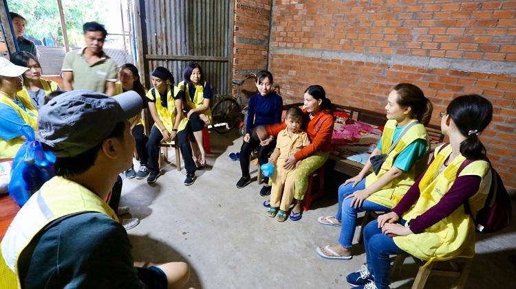 Thăm hỏi gia đình học sinh là một hoạt động ý nghĩa trong khuôn khổ chương trình Ngày thiện nguyện Quốc tế được tổ chức bởi CapitaLand từ ngày 9 đến ngày 11/11/2019 tại Việt Nam