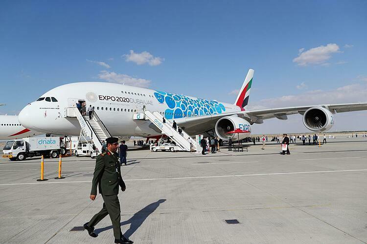 Khách tham quan trong ngày đầu diễn ra Dubai Airshow. Ảnh: Reuters