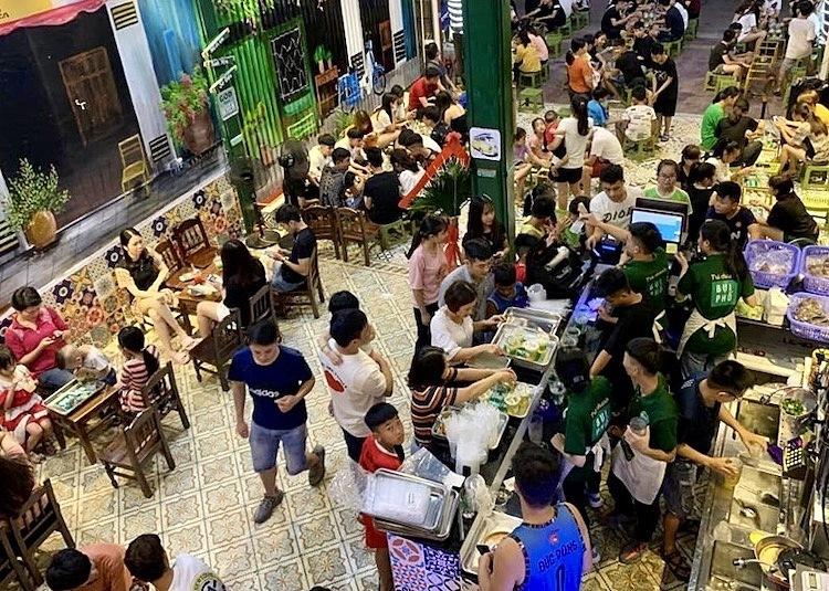Một cửa hàng trà chanh đông nghịt khách ở Hà Nội. Ảnh: Ngọc Hà