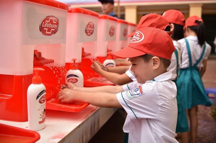 Học sinh thực hành rửa tay với xà phòng.