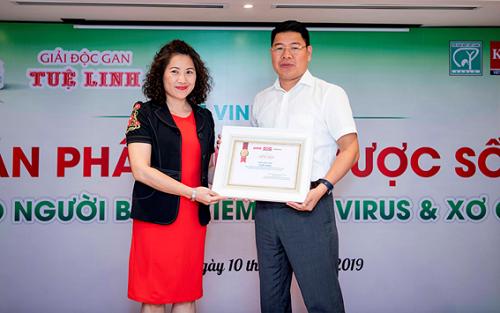 Bà Nguyễn Ngọc Diệp, Phó TBT Tạp chí Tiêu vàDùngtrao giải thưởng Sản phẩm thảo dược số 1 cho người viêm gan virus, xơ gan do người tiêu dùng bình chọn cho đại diện Công ty Tuệ Linh.