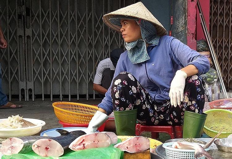 Tiểu thương bán thủy hải sản trên đường Lê Đức Thọ (Gò Vấp). Ảnh: Hồng Châu.