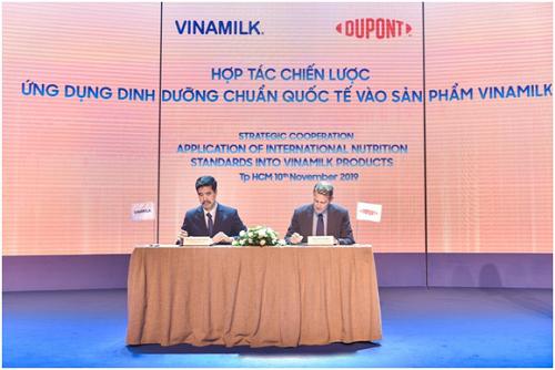 Đại diện Vinamilk (trái) trong lễ ký kết hợp tác giữa đơn vị và tập đoàn DuPont.