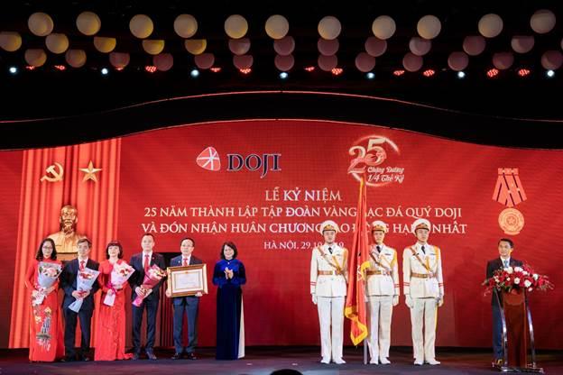 Lãnh đạp tập đoàn nhận Huân chương Lao động Hạng Nhất trong kịp kỷ niệm 25 năm thành lập.