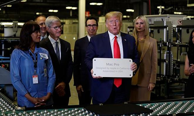 Trump thăm nhà máy Mac Pro cùng CEO Apple Tim Cook. Ảnh: AP