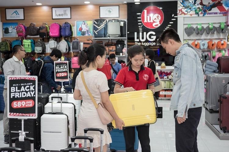 Một số khách hàng tranh thủ sớm sắm hành lý khi LUG vừa mở cửa.