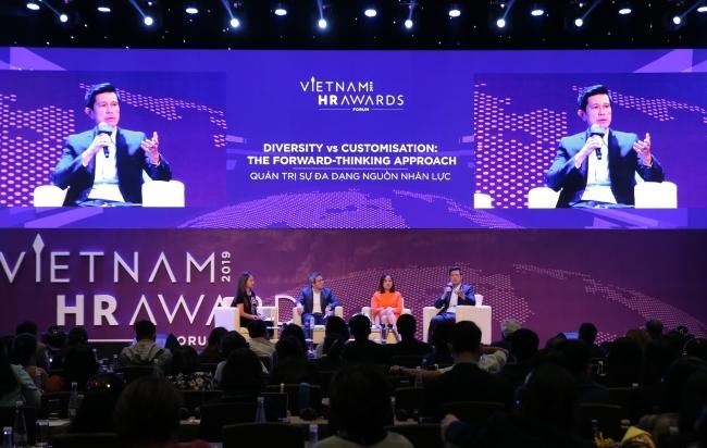 Ông Bennett Neo chia sẻ tại Vietnam HR Awards Forum. Ảnh:Talentnet.