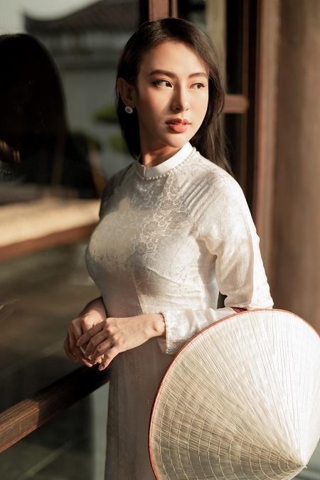 Trong loạt ảnh lần này, Hoa hậu Thu Hoàng chọn bộ áo dài màutrắng và hồng, thêu họa tiết đơn giản nhưng vẫn toát lên sựtinh tế, cổ điển.