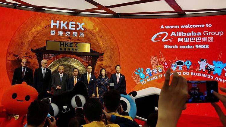 Các lãnh đạo Alibaba và Hong Kong tham gia buổi lễ sáng nay. Ảnh: Reuters