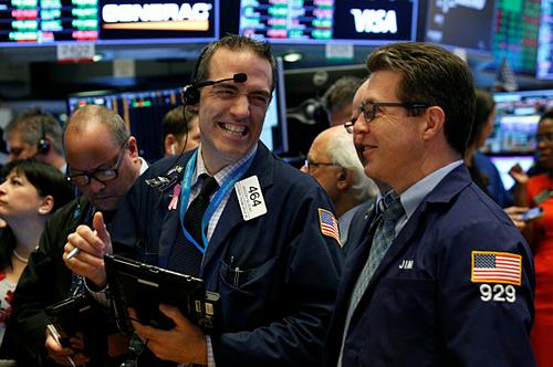 Nhân viên giao dịch trên Sàn chứng khoán New York. Ảnh:Reuters