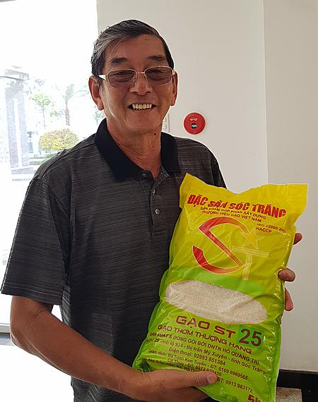 Ông Hồ Quang Cua với gạo ST 25 chính gốc. Ảnh: HH