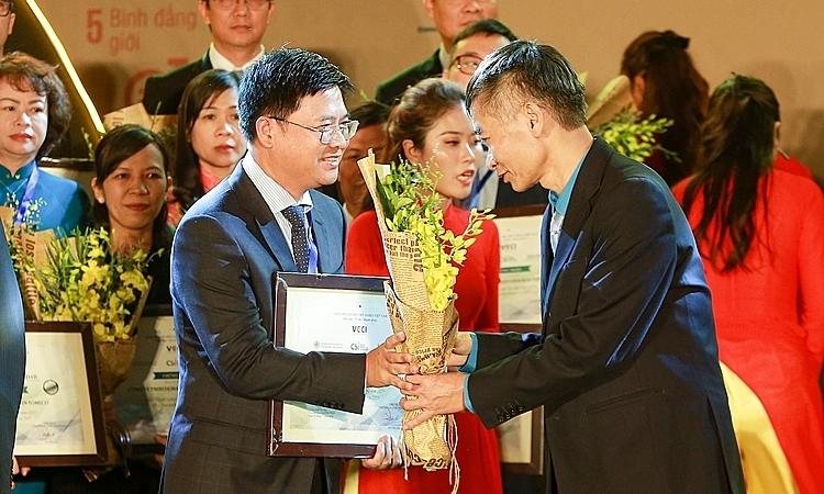 Ông Nguyễn Minh Hiền, Phó tổng giám đốc Delta nhận giải thưởng.