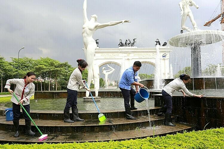 Nhân viên Pan Services Hà Nội thực hiện vệ sinh tại Khu đô thị Quốc tế Ciputra.