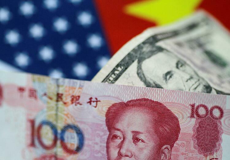 Tiền nhân dân tệ Trung Quốc và đôla Mỹ. Ảnh: Reuters