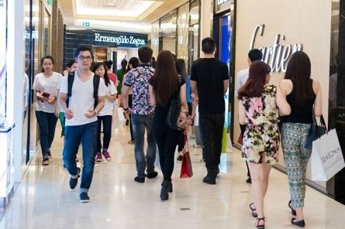 Nhiều khách hàngđến Tràng Tiền Plaza mua sắm trong dịp Black Friday.