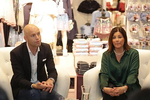 Ông Fredrik Famm và bàAnne Soderbergchia sẻ khi H&M mở cửa hàngtại Đà Nẵng. Ảnh: Thảo Đỗ