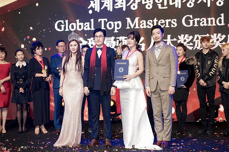 CEO Đỗ Diệu Thanh (váy trắng, cầm cúp) nhận giải thưởng tại sự kiện.